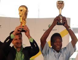 Pelé e a taça da Copa do Mundo Fifa